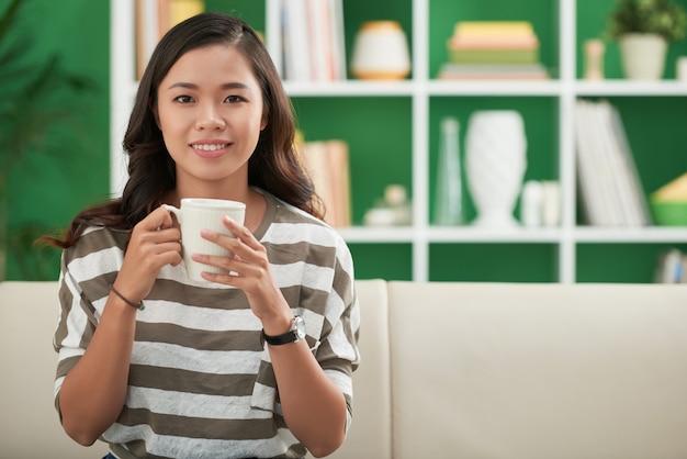Menina bonita, bebendo café