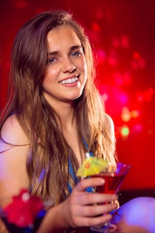 Menina bonita beber um cocktail