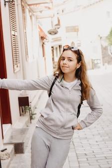Menina bonita caminha ao longo da rua de pedra da antiga cidade de antalya