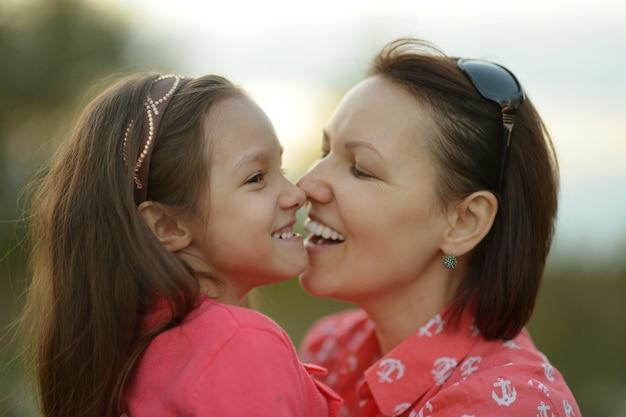 Menina bonita com a mãe no parque