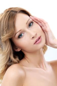 Menina bonita com a pele limpa e perfeita
