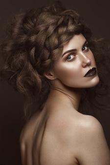 Menina bonita com arte criativa penteado, pele perfeita e maquiagem escura. a beleza do rosto.