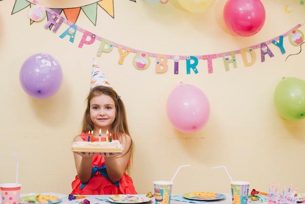 Menina bonita com bolo de aniversário