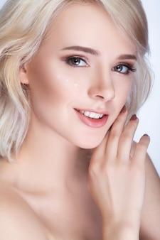 Menina bonita com cabelo branco fixado atrás