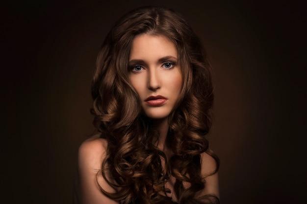 Menina bonita com cabelo encaracolado