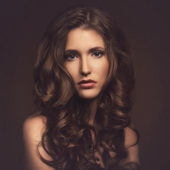 Menina bonita com cabelo lindo