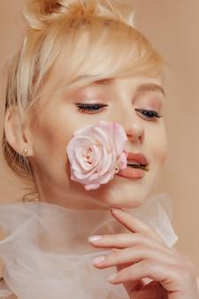 Menina bonita com cabelo loiro, moda, tiro, rosa, fundo simples