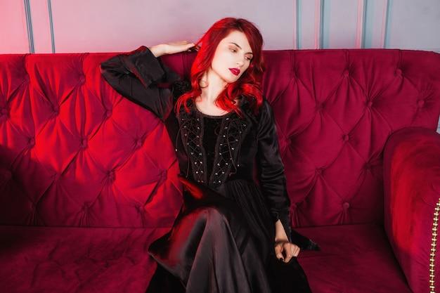 Menina bonita com cabelo vermelho e maquiagem natural e pele pálida.