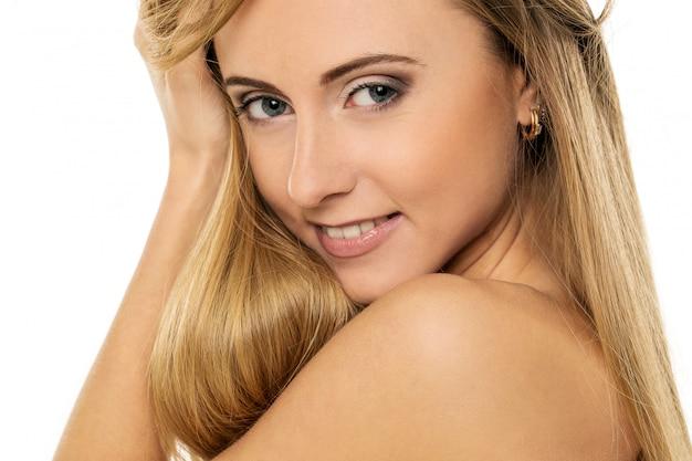 Menina bonita com cabelos lisos
