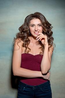 Menina bonita com cabelos longos, sorrindo e curtindo a vida