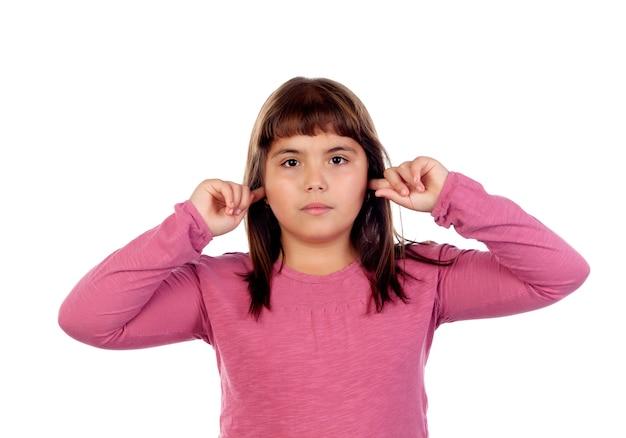 Menina bonita com camiseta rosa cobrindo as orelhas