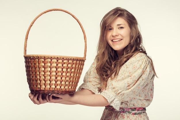 Menina bonita com cesta