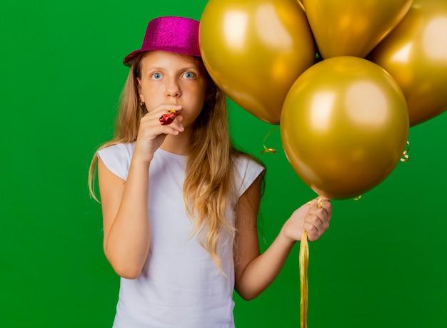 Menina bonita com chapéu de natal e um monte de balões