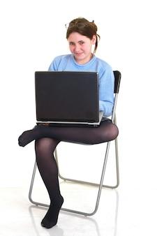 Menina bonita com computador portátil, sobre fundo branco