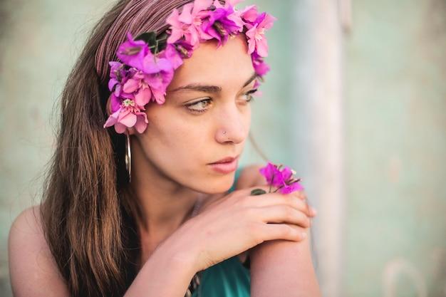 Menina bonita com coroa de flores