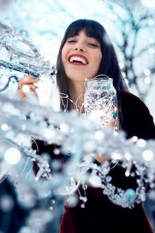 Menina bonita com decorações de natal
