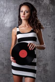 Menina bonita com disco de vinil
