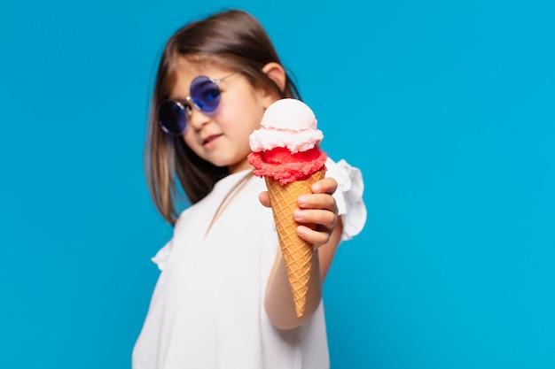 Menina bonita com expressão feliz e segurando um sorvete