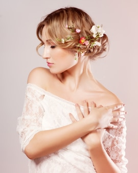 Menina bonita com flores no cabelo dela