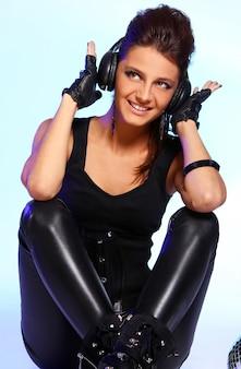 Menina bonita com fones de ouvido e bola de discoteca