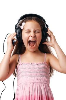 Menina bonita com fones de ouvido gritando no fundo branco.