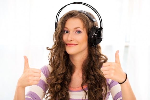 Menina bonita com fones de ouvido