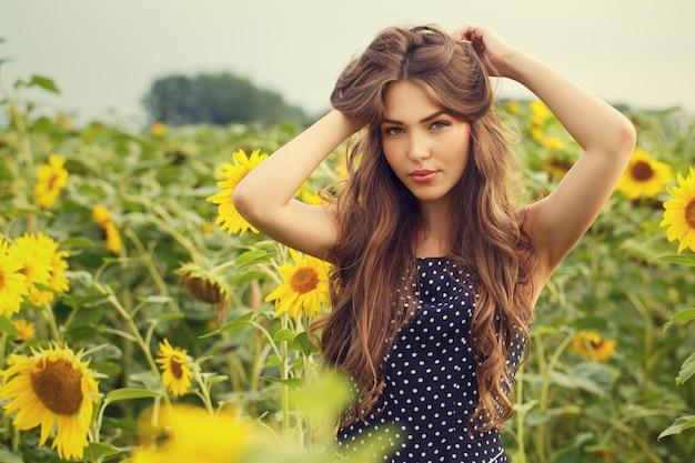Menina bonita com girassóis