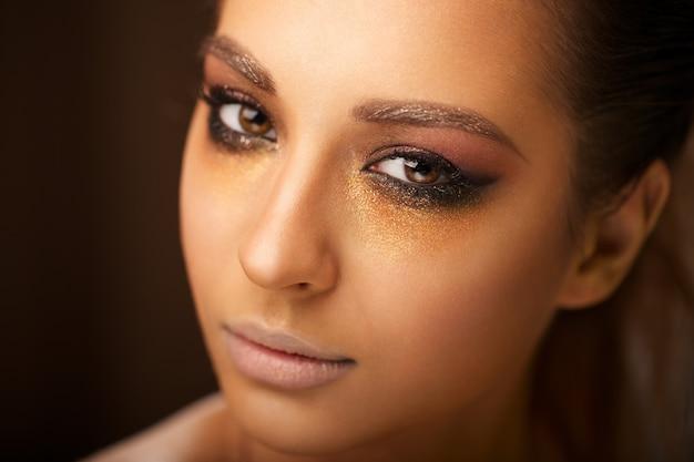 Menina bonita com maquiagem brilhante