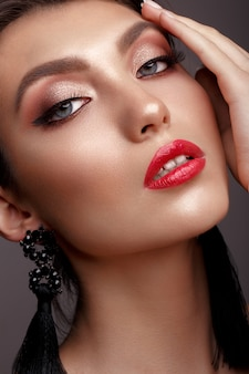 Menina bonita com maquiagem clássica