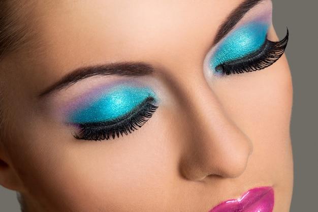 Menina bonita com maquiagem colorida