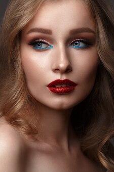 Menina bonita com maquiagem criativa glitter