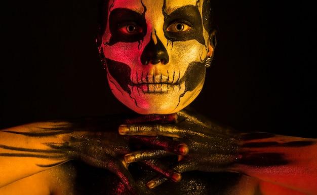 Menina bonita com maquiagem de esqueleto