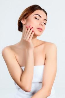 Menina bonita com maquiagem linda, juventude e conceito de cuidados com a pele