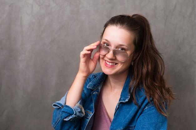 Menina bonita com óculos sorrindo