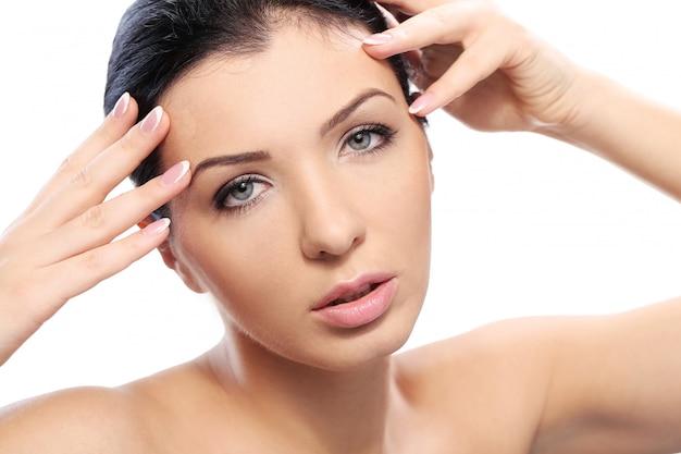 Menina bonita com olhar sério e pele perfeita