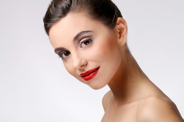 Menina bonita com pele perfeita e batom vermelho