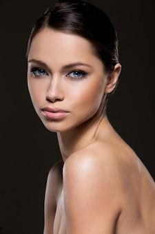 Menina bonita com rosto perfeito