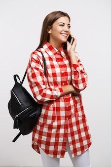 Menina bonita com roupa de primavera na moda, conversando com a melhor namorada