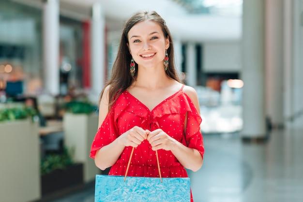 Menina bonita com sacos de compras