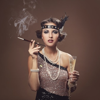 Menina bonita com taça de champanhe
