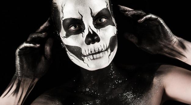 Menina bonita com tatuagem de esqueleto