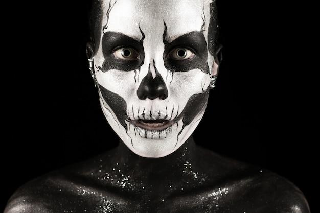 Menina bonita com tinta de esqueleto