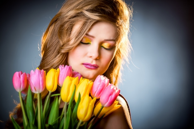 Menina bonita com tulipas flores