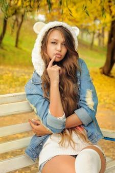 Menina bonita com um chapéu de urso de malha.