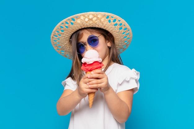 Menina bonita com um sorvete