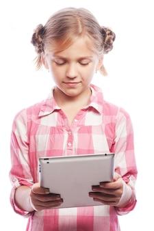 Menina bonita com um tablet pc