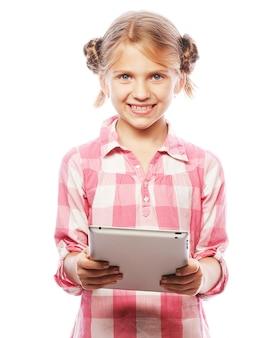 Menina bonita com um tablet