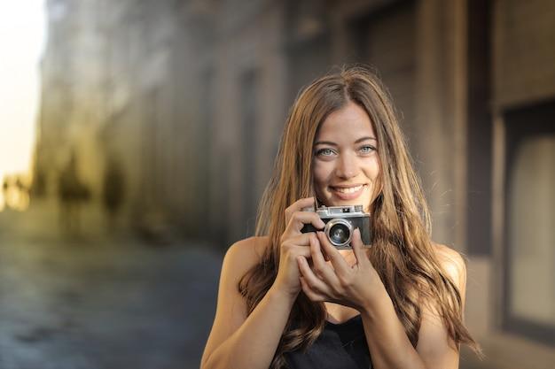 Menina bonita com uma câmera