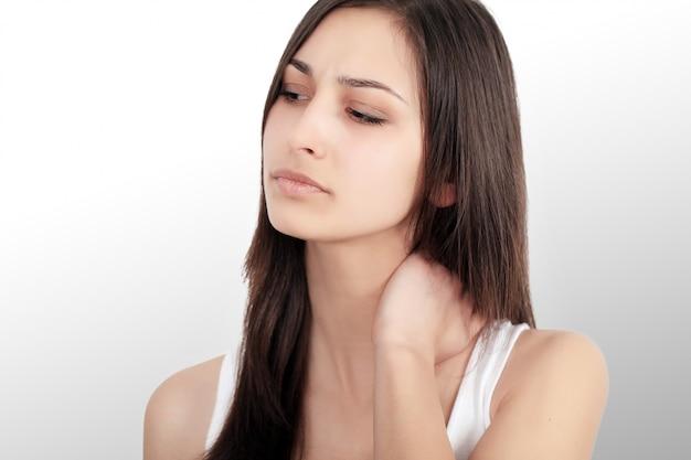 Menina bonita com uma forte dor de cabeça