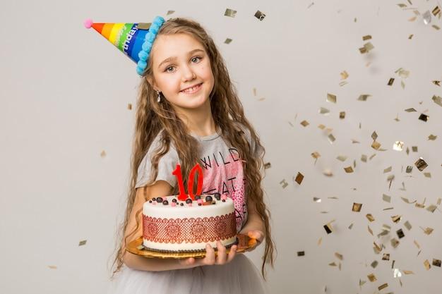 Menina bonita comemorando aniversário de dez anos